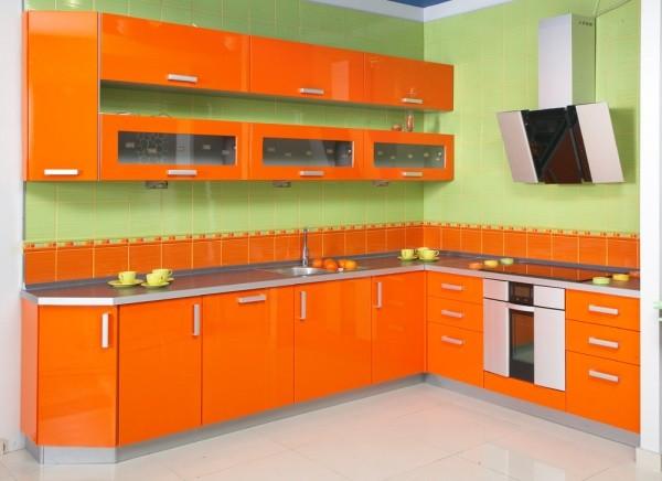 Кухня угловая яркого оранжевого цвета