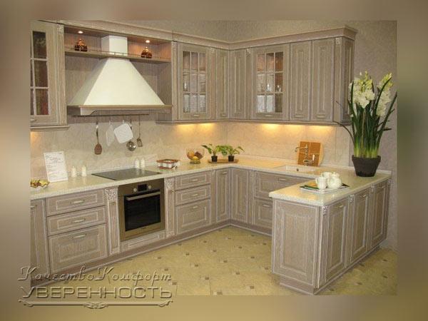 Кухня в классическом стиле с подсветкой