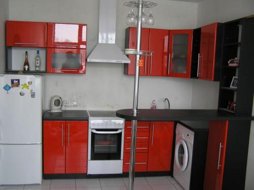 Кухня в контрастном сочетании цветов