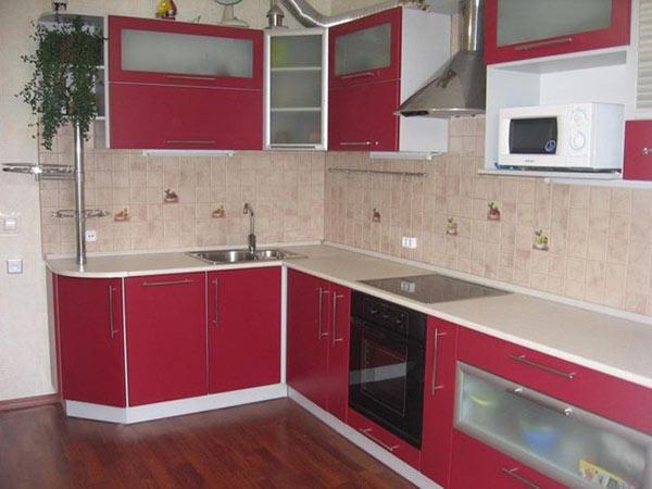 Кухня яркая с красным фасадом