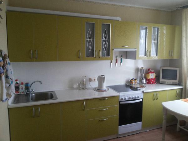Кухня зеленая со стеклянными вставками