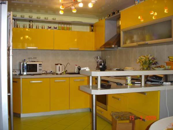 Кухня желтая с барной стойкой