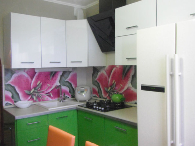 Кухонный гарнитур с орхидеями