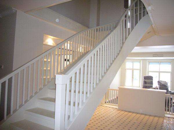 Лестница для дома белая
