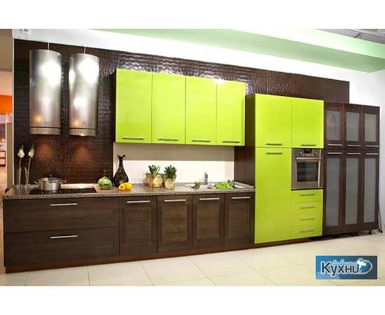 Линейная кухня цвета натурального дерева
