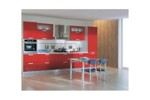 Линейная кухня с красно-белым дизайном