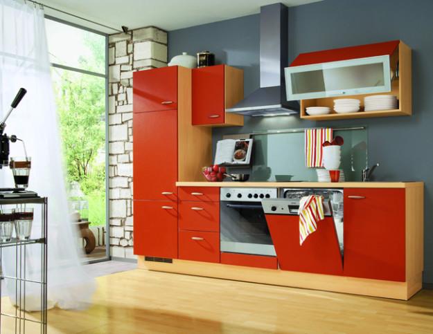 Линейная кухня с матовыми оранжевыми фасадами