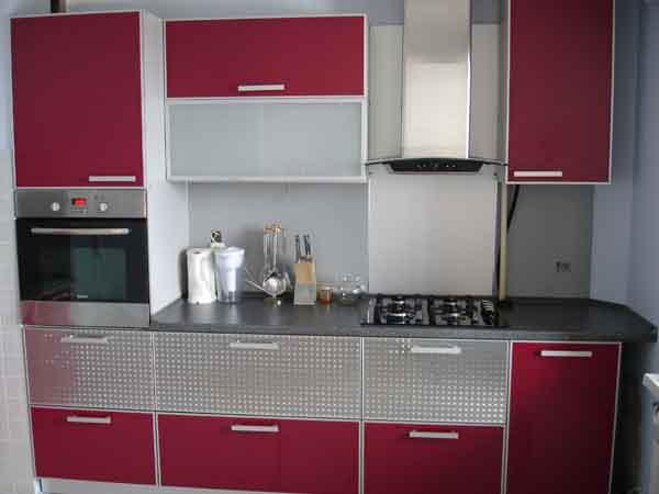 Малогабаритная линейная кухня с красно-серым дизайном