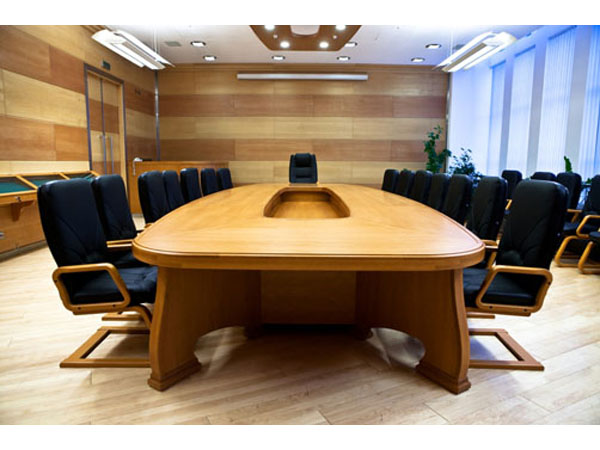 Массивный стол для переговоров