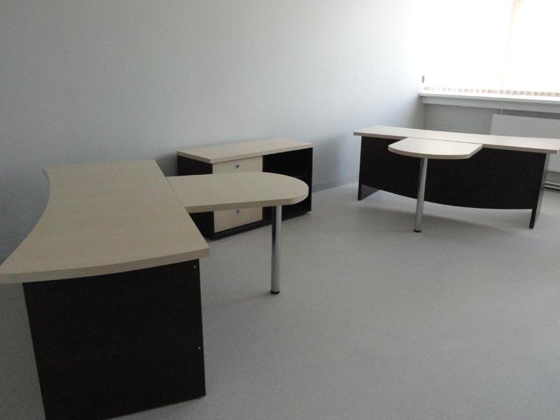 Набор офисной мебели с черно-белым дизайном