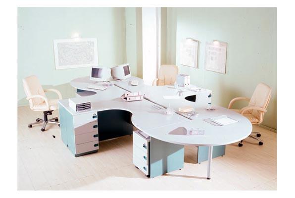 Набор офисной мебели с мягкими светлыми стульями