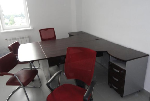 Набор офисной мебели с тумбочками на колесиках