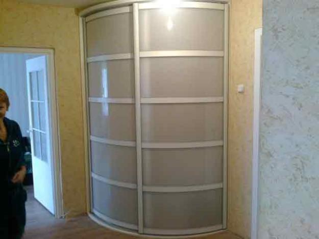 Небольшой радиусный шкаф-купе с матовыми вставками
