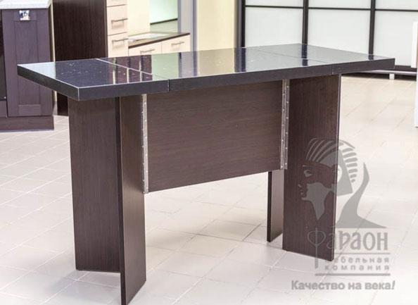 Обеденный стол с черной раскладывающейся столешницей