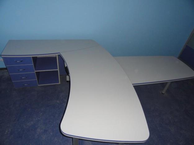 Офисный стол с изогнутой столешницей и четырьмя ящиками