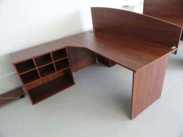 Офисный стол с приставным шкафчиком и перегородкой