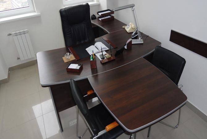 Офисный стол с тремя стульями