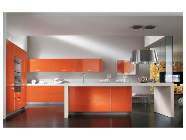 Оранжевая кухня со столом-островом