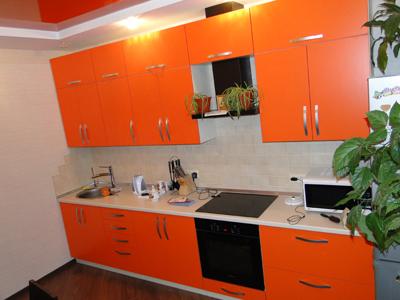 Оранжевая линейная кухня