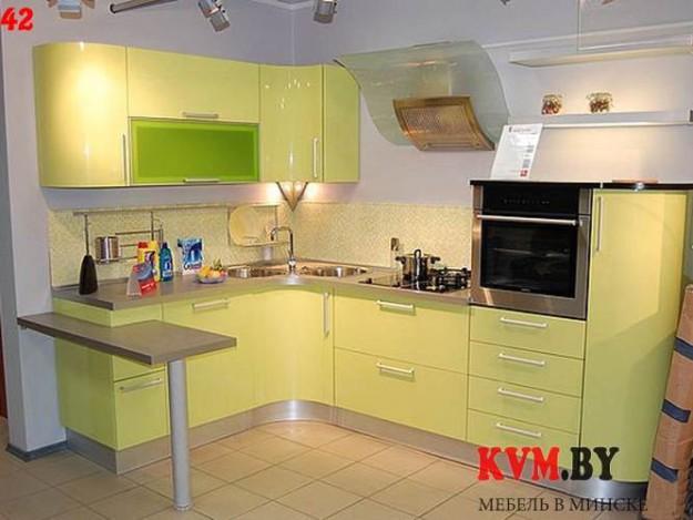 Салатовая угловая кухня со встроенным столиком