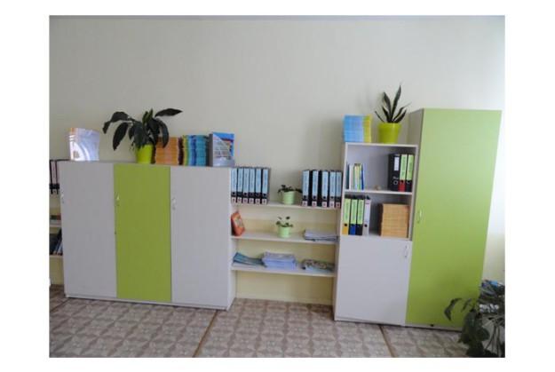 Широкий офисный шкаф с бело-салатовым фасадом