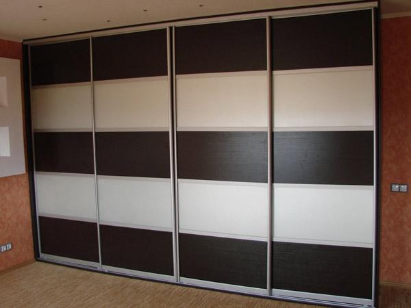 Шкаф-купе черно-белый четырехстворчатый
