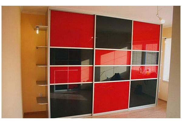 Шкаф-купе черно-красный из стекла лакобель