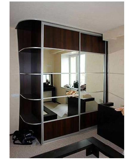 Шкаф-купе черного цвета с зеркальными вставками
