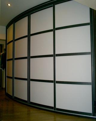 Шкаф-купе радиусный с белыми фасадами