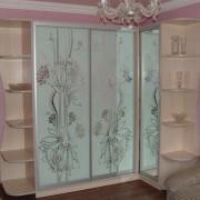 Шкаф-купе с декоративными узорами
