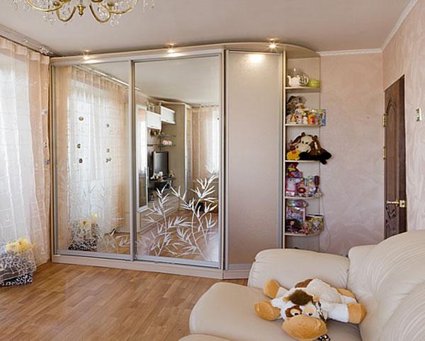 Шкаф-купе с декорированным зеркалом