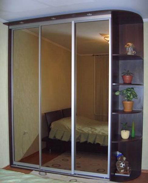 Шкаф-купе с тремя зеркалами
