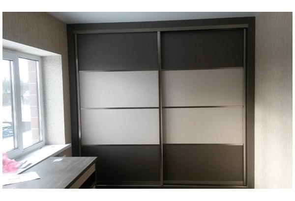 Шкаф-купе серебристый с белыми вставками