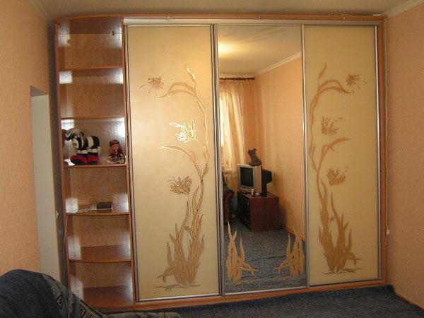 Шкаф-купе золотистый с зеркальной створкой