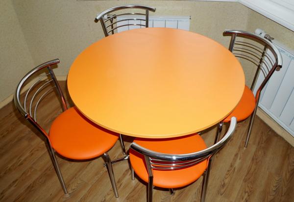 Современный стол оранжевого цвета