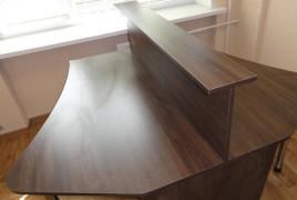 Спаренный офисный стол с перегородкой