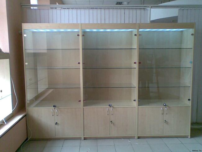 Стеклянная витрина со шкафчиками под ключ