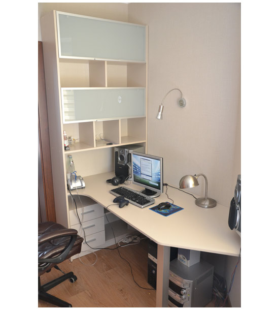 Стол офисный со встроенным стеллажом