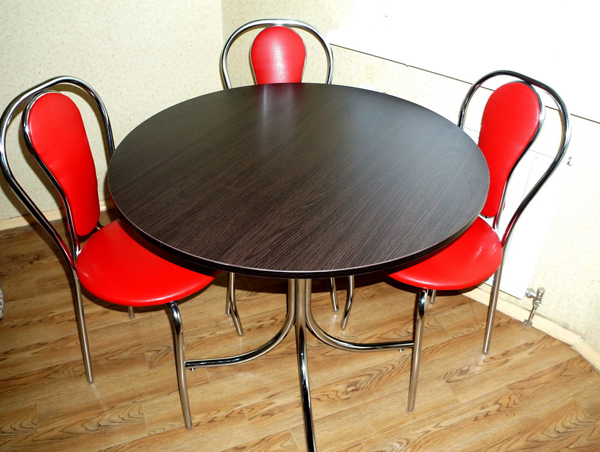 Стол с изящной хромированной опорой