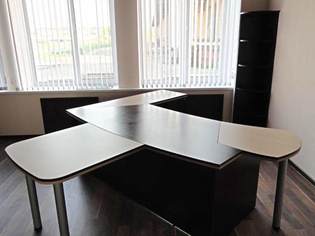 Стол с контрастным дизайном и офисный шкаф