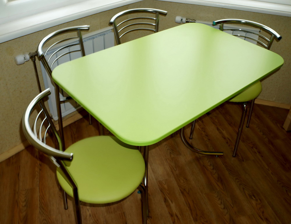 Стеклянный кухонный стол с закругленными углами