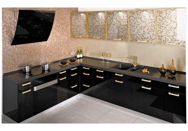 Угловая черная кухня с фасадами под золото