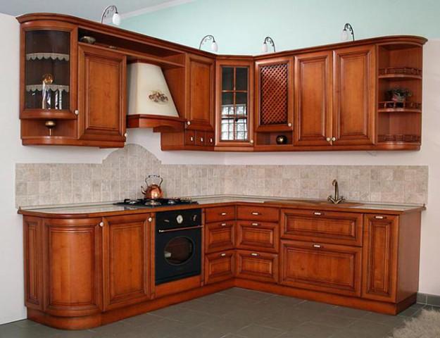 Угловая кухня из массива ольхи