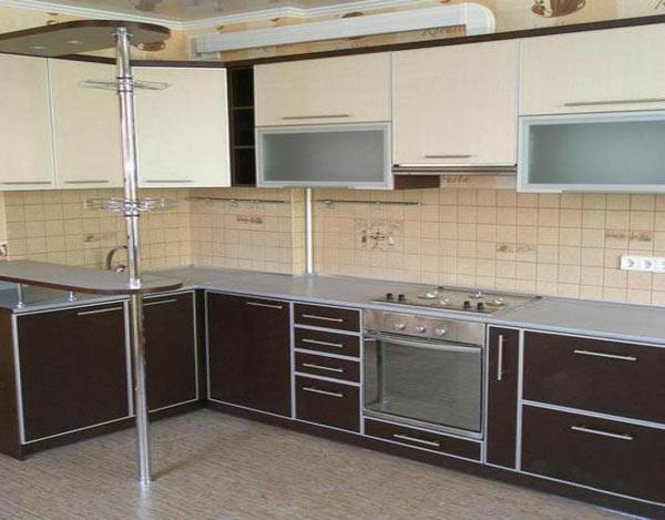 Угловая кухня коричнево-бежевая