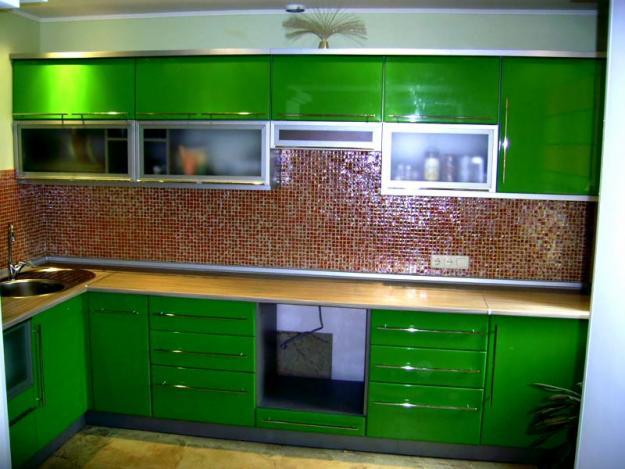 Угловая кухня насыщенного зеленого цвета