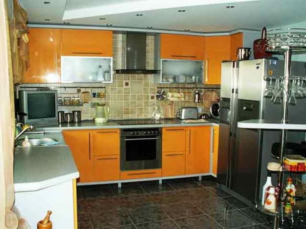 Угловая кухня оранжевого цвета