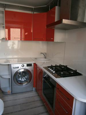 Угловая кухня с боковыми полками