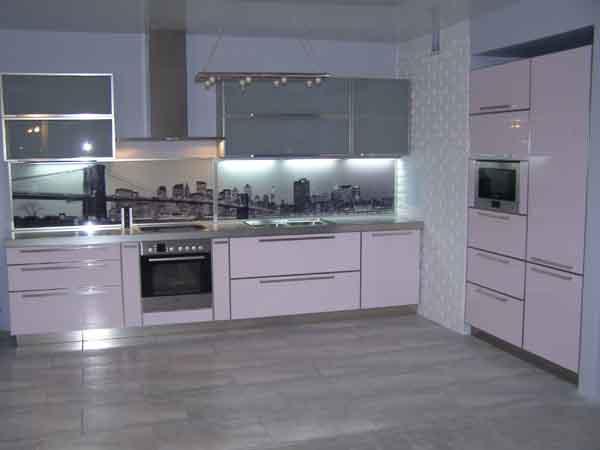 Угловая кухня с фасадом розового цвета