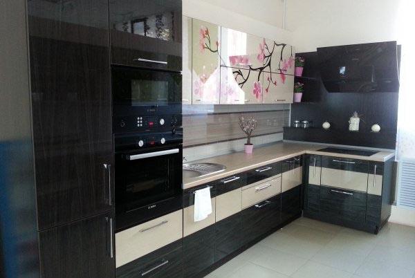 Угловая кухня с изображением японской вишни
