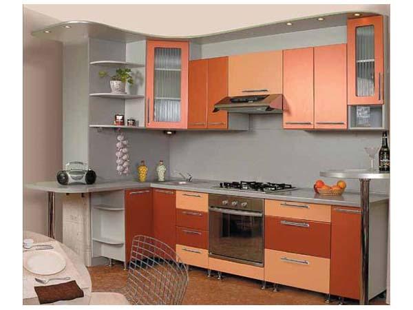Угловая кухня с радиусным карнизом